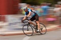 Borrão de movimento do ciclista que compete em Georgia Cup Criterium Foto de Stock