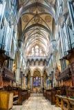 Borrão de movimento do leste da fotografia de HDR da nave do coro da catedral de Salisbúria foto de stock
