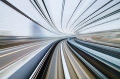 Borrão de movimento do trem que move-se no Tóquio, Japão fotos de stock