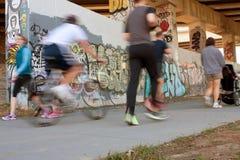 Borrão de movimento dos povos que exercitam ao longo da cintura Tr urbano de Atlanta Fotos de Stock Royalty Free