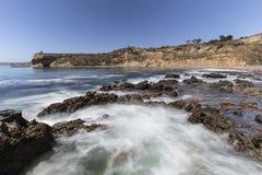 Borrão de movimento maré da associação no parque da linha costeira da angra do olmo em Califor foto de stock
