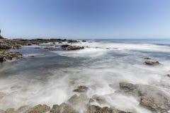 Borrão de movimento pacífico da onda no parque da linha costeira da angra do olmo em Calif imagem de stock