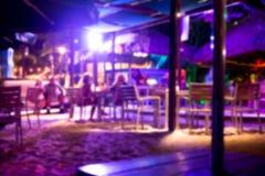 Borrão Defocused da barra tropical do clube da praia na noite foto de stock