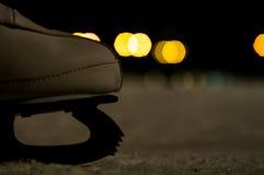 Borrão dos patins de gelo da noite com luzes amarelas imagem de stock