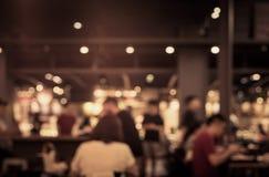 Borrão dos povos no café, restaurante com fundo da iluminação fotos de stock
