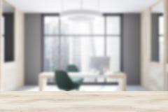 Borrão interior do escritório cinzento e de madeira do CEO Foto de Stock Royalty Free