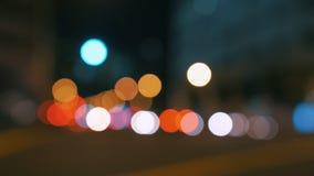 Borrão real do bokeh da câmera dos sinais defocused grandes ocupados da noite da cidade - 4k filme