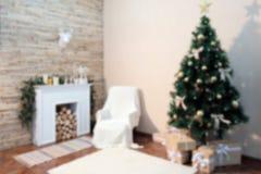 borrão Uma sala com uma chaminé, uma árvore de Natal e um fundo branco Fundo borrado sumário fotos de stock