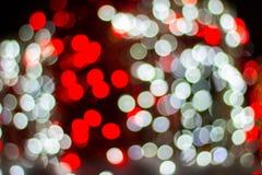 Borr?o - luzes exteriores decorativas da corda do bokeh que penduram na ?rvore no jardim na noite imagem de stock royalty free
