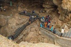 borra看法陷下与小组未认出的旅客在Araku谷,维沙卡帕特南,安得拉邦, 2017年3月04日 免版税库存照片