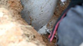 Borra ett hål i betong väl med den kärnadrillborrbiten och hålapparaten stock video