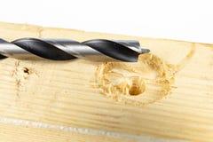 Borra hål med ett wood borra in ett seminarium Snickeri arbetar pe royaltyfri foto