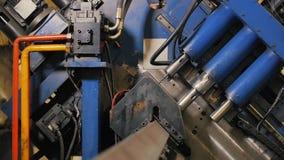 Borra hålmetalljärn på den industriella CNC-maskinen i fabrik moderna teknologier arkivfilmer