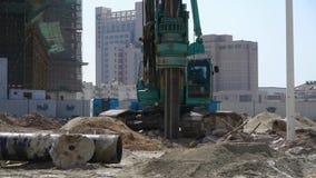 Borra maskineriborrande i land, konstruktionsplats stock video