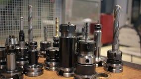 Borra och skruva på träskrivbordet för panorama för industriell utrustning arkivfilmer