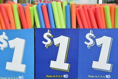 A borracha de espuma brinca na venda para um dólar em Salem, Oregon Fotografia de Stock