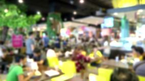 Borrados, os povos comem nas tendas populares do alimento no armazém do terminal 21 video estoque