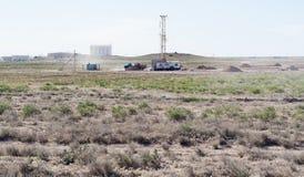 Borranderiggar på plattformen av fältet Arkivfoton