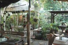 Borre a cena da vida urbana da manhã mesa de centro do borrão no quintal foto de stock royalty free