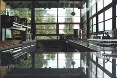 Borre a cozinha típica de um restaurante, nenhum pessoa, terra traseira da cozinha fotos de stock royalty free