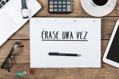Borre el vez del una, texto español para érase una vez encendido el cuaderno de notas en fotografía de archivo