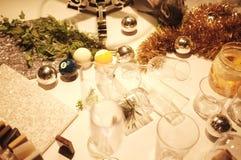Borre muitos vidros vazios na tabela com teste padrão imóvel da vida em uma tabela contra o fundo do restaurante foto de stock