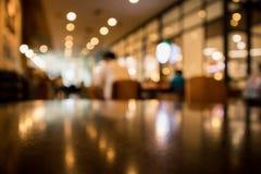 Borre o café do restaurante ou o interior da cafetaria com povos imagens de stock