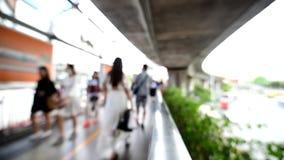 Borre o foco muitos povos que andam na caminhada do céu em torno do marco do monumento da vitória filme