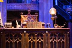 Borre o interior do traje do escritório de Dumbledore e do ` s do professor Decoração Warner Brothers Studio para o filme de Harr Fotos de Stock
