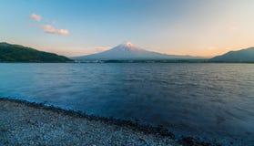 Borre o lago com exposição longa do lago Kawaguchiko e Monte Fuji imagens de stock