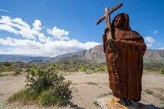 Borrego springt, CA- Metaalstandbeeld van Vader Font in Galleta-Weiden van het Park van de de Woestijnstaat van Anza Borrego in Z royalty-vrije stock afbeeldingen