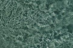 Borrelend water in de pool, blauwe textuur van kokend water stock afbeeldingen