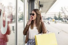 Borring inny dzień dla dziewczyny w zakupy zdjęcia stock