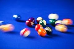 Borroso y mudanza de las bolas de billar en una mesa de billar Foto de archivo libre de regalías