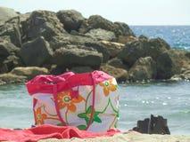 Borsa, asciugamano e sandali della spiaggia fotografie stock libere da diritti