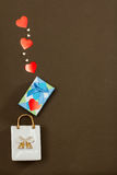 Borsa bianca della porcellana, scatola blu con il regalo di giorno di biglietti di S. Valentino e cuori Immagine Stock