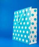 Borsa blu del regalo del pois Immagini Stock Libere da Diritti