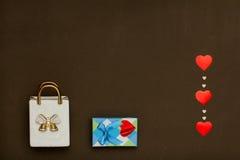 Borsa ceramica bianca, scatola blu con il regalo di giorno di biglietti di S. Valentino e cuori Fotografia Stock Libera da Diritti