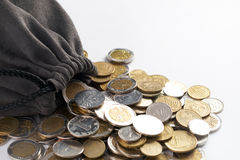 Borsa con le monete di oro su bianco Immagini Stock Libere da Diritti