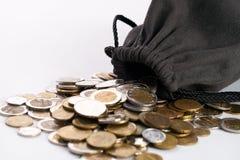 Borsa con le monete di oro su bianco Fotografia Stock