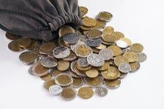 Borsa con le monete di oro su bianco Fotografie Stock