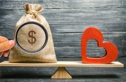 Borsa con soldi e cuore di legno rosso sulle scale Soldi contro il concetto di amore Passione contro il profitto Famiglia o scelt fotografia stock libera da diritti