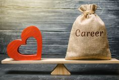 Borsa con soldi con la carriera di parola e cuore di legno rosso sulle scale Soldi contro il concetto di amore Passione contro il fotografia stock libera da diritti