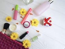 Borsa cosmetica con di legno bianco dei cosmetici decorativi dell'essenza Fotografia Stock
