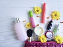 Borsa cosmetica con di legno bianco dell'essenza dei cosmetici decorativi di modo Fotografie Stock Libere da Diritti