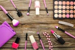 Borsa cosmetica degli accessori delle donne, spazzole di trucco, collana, smalto, rossetto Fotografia Stock