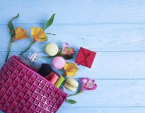Borsa cosmetica, macaron di legno blu, fiori accessori di fascino, mascara, alstroemeria Fotografia Stock Libera da Diritti
