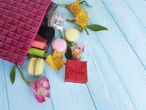 Borsa cosmetica, macaron di legno blu, fiori accessori, mascara, alstroemeria Fotografia Stock Libera da Diritti