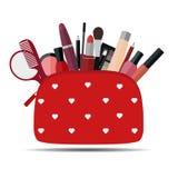 Borsa cosmetica rossa con trucco su fondo bianco Icona piana del prodotto dei cosmetici Immagini Stock Libere da Diritti