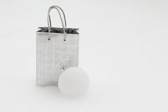 Borsa d'argento del regalo con la palla di Natale in neve Fotografie Stock Libere da Diritti
